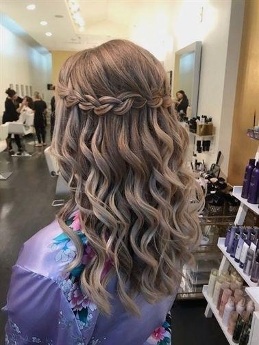 Trança cascata: em cabelo cacheado com luzes
