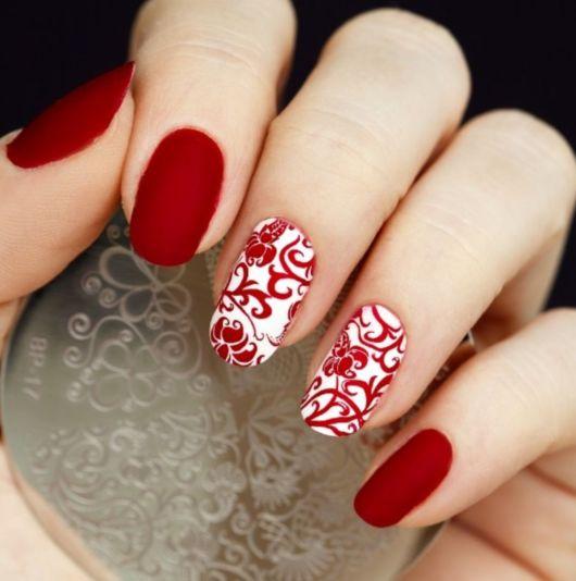 unhas branca com vermelho decorada.