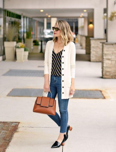 Mulher vestindo calça jeans skinny, bluza listrada na diagonal e casado branco com botões.