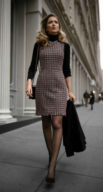 Mulher usando vestido tweed, com blusa preta por baixo.