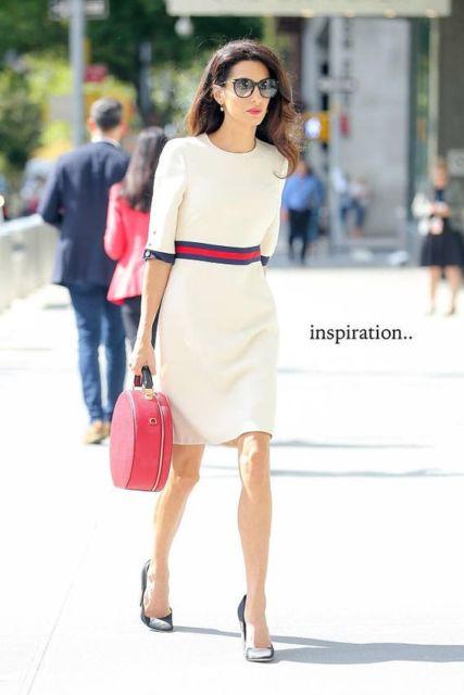Vestido branco com listra na cintura.