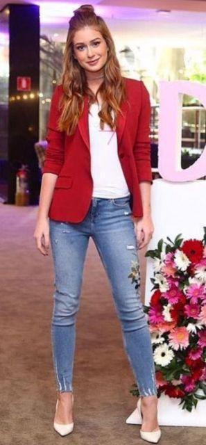Marina Ruy Barbosa com calça jeans, sapato branco e blazer vermelho.