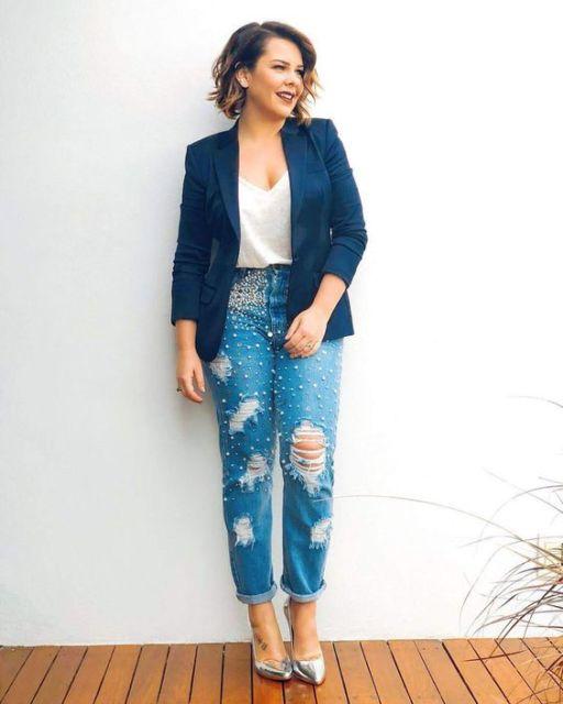 Fernanda Souza com blazer azul, blusa branca e calça jeans destroyed.