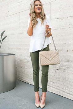 Mulher com calça social verde e blusa branca.