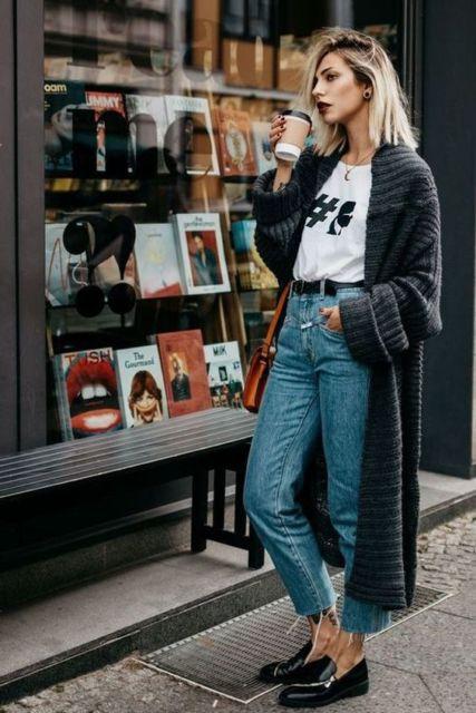 Mulher com calça jeans alta, t-shirt branca e casaco longo.
