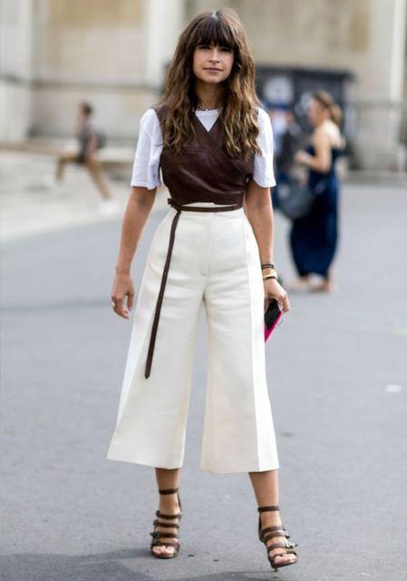 Mulher vestindo calça pantacourt branca, colete e t-shirt.