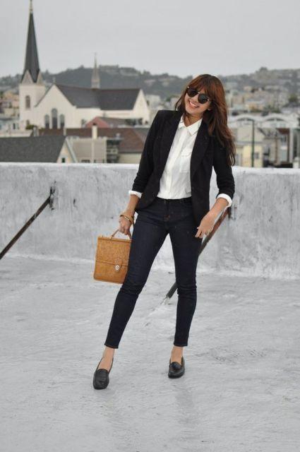 Mulher com calça social, camisa branca e blazer.