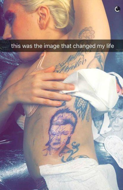 Lady Gaga marcou na pele um de seus grandes ídolos, o cantor David Bowie