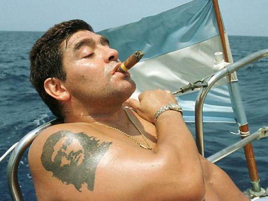 O ex-atleta argentino Maradona tatuou a imagem de Che Guevara no braço