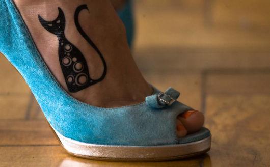 A atriz Maria Flor e sua tattoo no pé