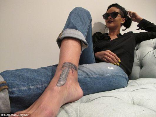 Rihanna tatuou na área próxima ao pé