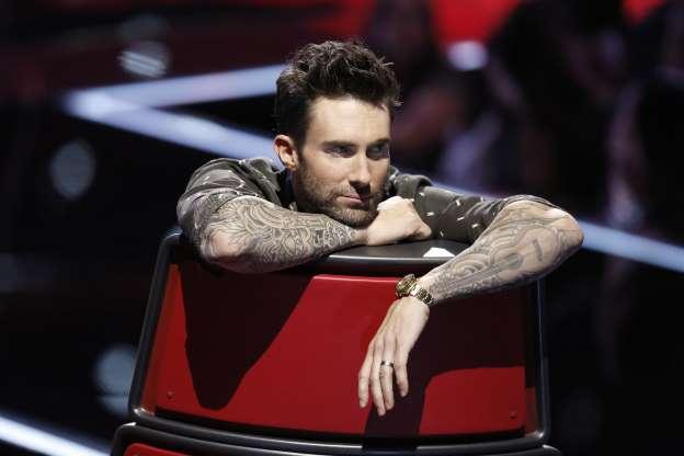 Adam Levine adora exibir seus braços tatuados