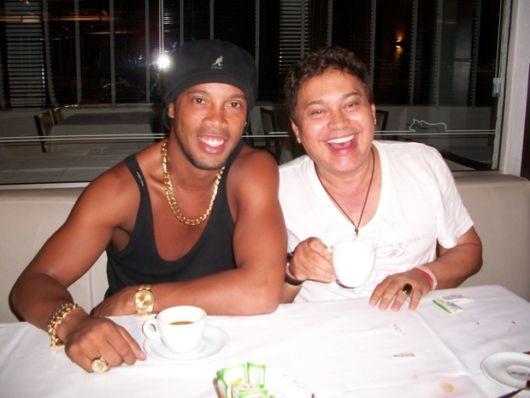 Ronaldinho Gaúcho sempre é visto usando pulseiras de ouro