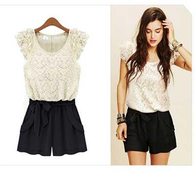modelo usa short preto de cintura alta e blusa de renda branca.