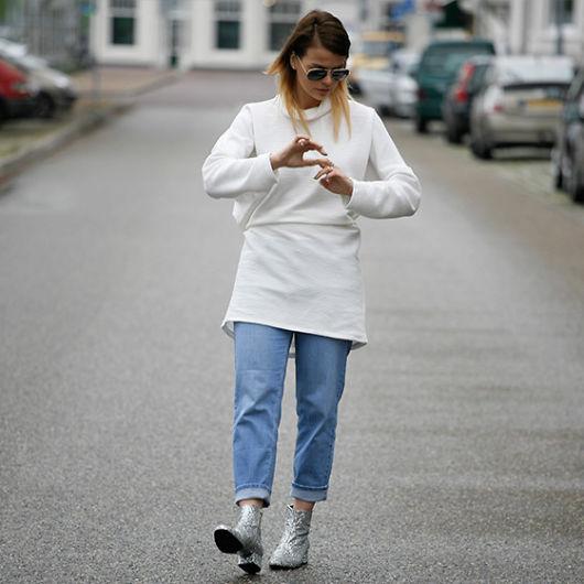 bota com glitter prata com calça jeans