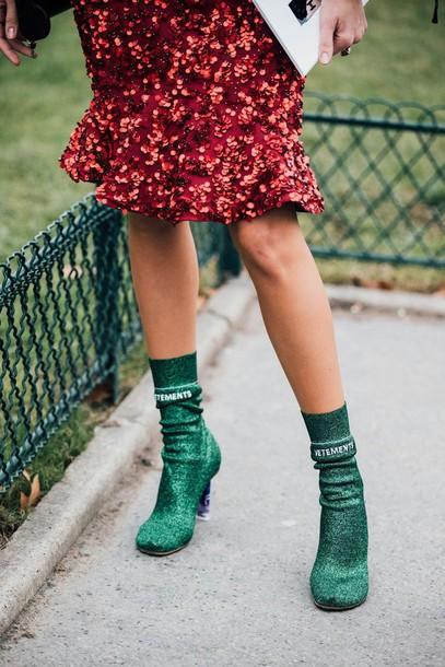 bota com glitter com saia vermelha