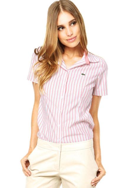 modelo usa camisa social feminina, short branco.