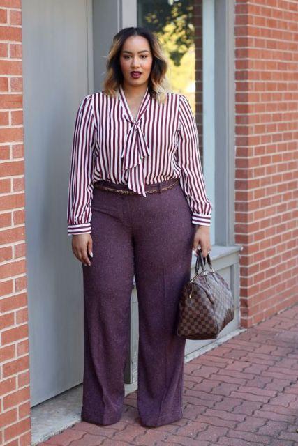 modelo usa calça flare roxa e camisa estampada social.