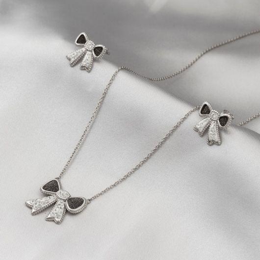 gargantilha de prata com pedras e laço