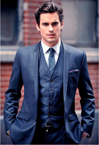 Look azul escuro perfeito para festas de gala, com o lenço ornamentando o visual