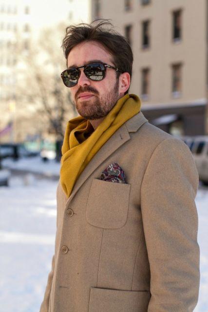 O terno marrom com lenço estampado em um look inverno