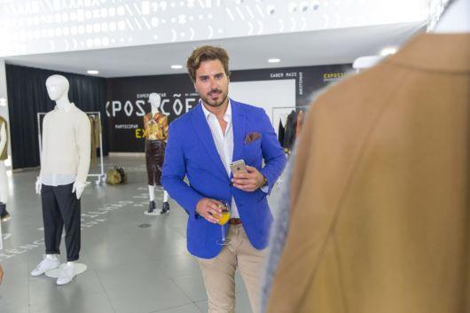 Lenço azul turquesa com lenço marrom e camisa branca