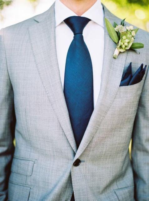 Lenço azul combinando com a gravata azul e uma flor