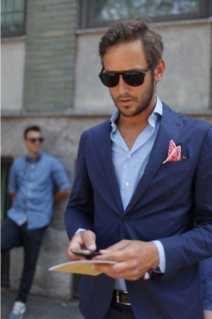 Que tal investir em um lenço rosa para contrastar com o terno azul?