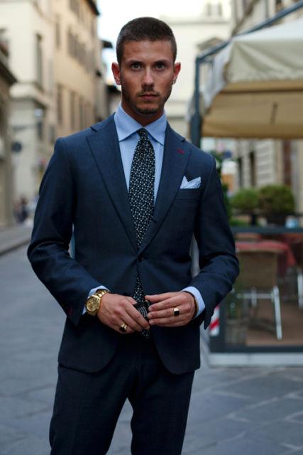 Padrão em vários tons de azul com gravata estampada e lenço em cor clara