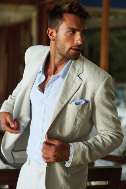 Os ternos bege sempre se destacam, o lenço azul combina bastante