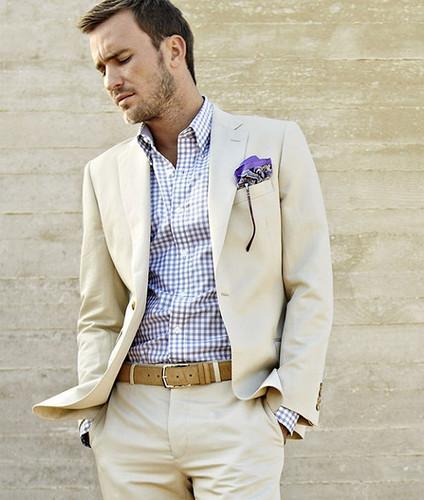 Lenço roxo combinando com a camisa quadriculada e o terno off-white