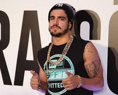Caio Castro combinou a pulseira com uma corrente grande, que também está na moda