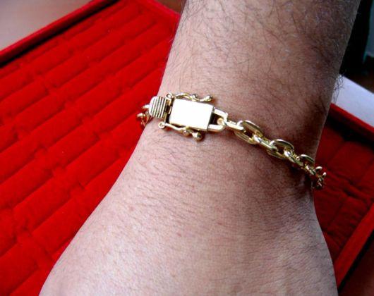 O fecho muda conforme o padrão da pulseira de ouro