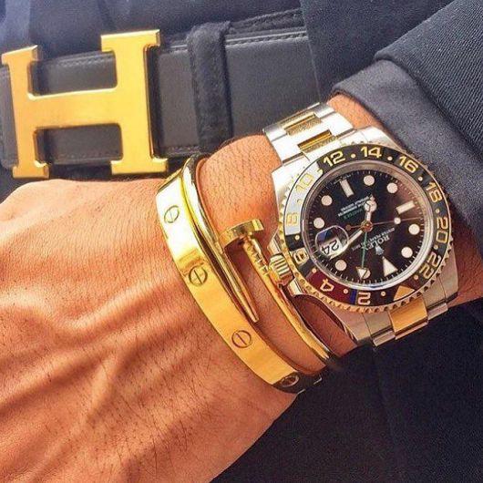 Combine várias pulseiras diferentes com um relógio, por exemplo