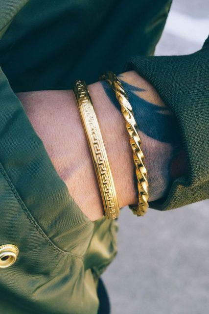 Junte duas pulseiras para destacar seu visual