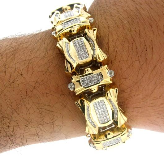 Esse modelo de pulseira de ouro masculina grossa possui até detalhes brilhantes