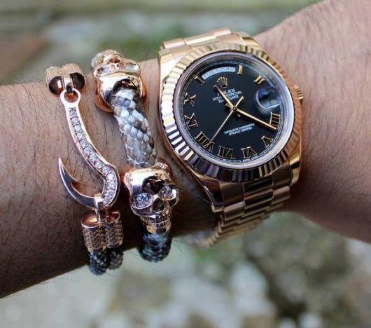 Pulseira de ouro com anzol + pulseira com caveira + relógio de ouro