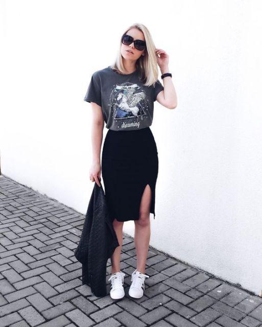Look casual com saia lápis com fenda e t-shirt.