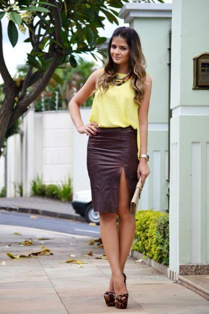 Mulher usando saia lápis com fenda e blusa amarela.