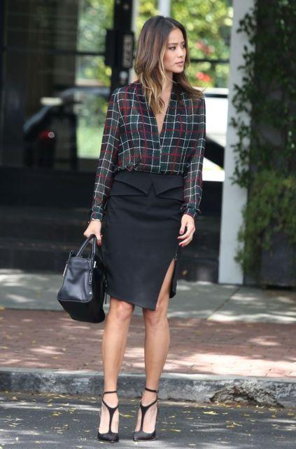 Mulher com saia lápis preta e camisa xadrez.