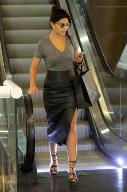 Juliana Paes com saia lápis com fenda e t-shirt cinza.