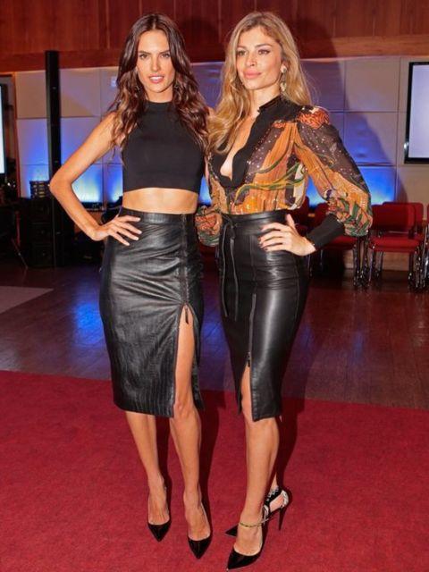 Grazi Massafera e Alessandra Ambrósio usando saia lápis de couro com fenda.