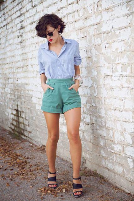 modelo veste short verde, camisa azul e sandalia preta.
