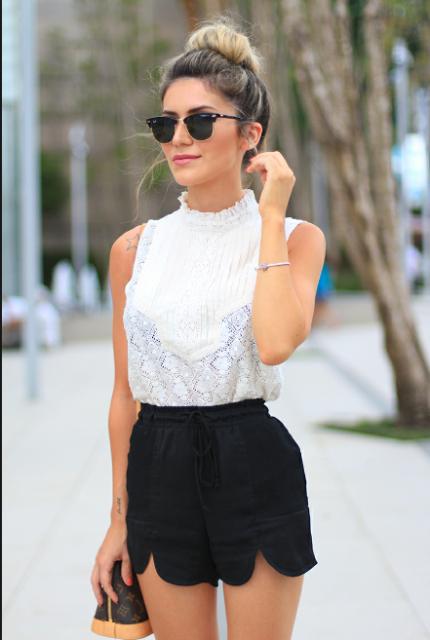modelo usa short e blusa branca.