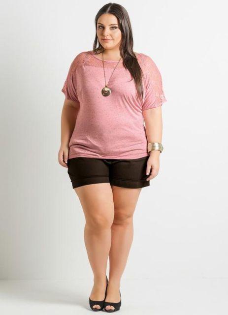 modelo usa short e blusa rosa manga três quartos.
