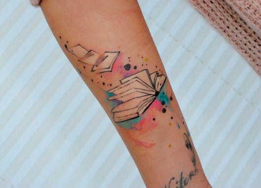 tatuagem de livros aquarelada