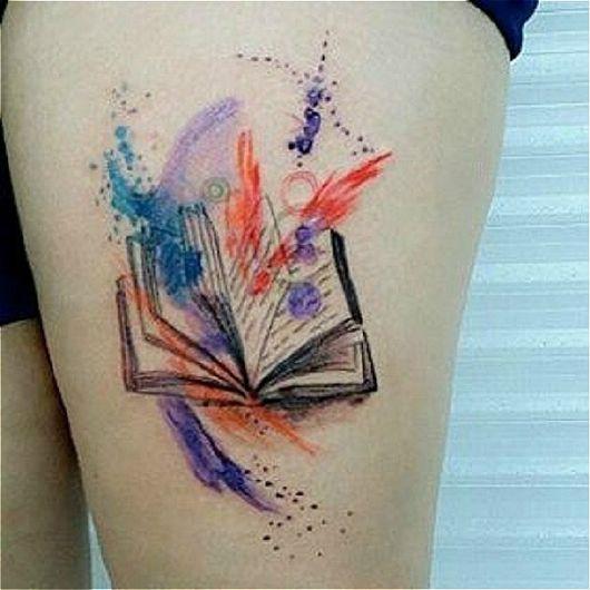 tatuagem de livros com técnica de aquarela