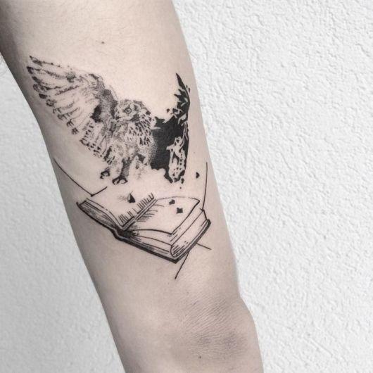 tatuagem de livros com coruja voando