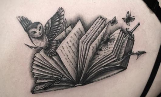 tatuagem de livros com corujinha