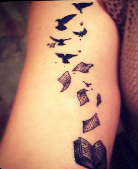 tatuagem de livros folhas com aves
